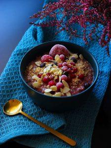 Porridge mit roten Früchten