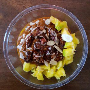 Kürbis-Mango-Porridge mit Granola